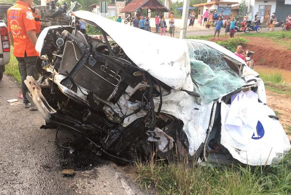 พังยับ! กระบะประสานงาหกล้อ ดับ 1 ศพ บาดเจ็บติดในซากรถ 2 บนถนนสีดา-ประทาย โคราช