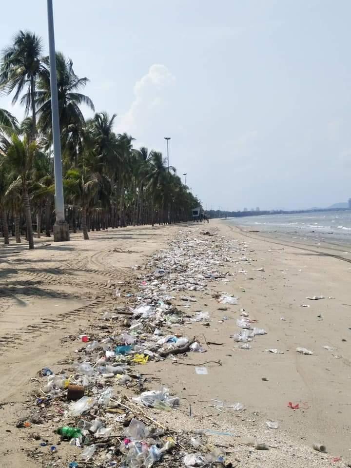 ภาพขยะเกลื่อนหาดบางแสนหลังมาตรการผ่อนปรนเพียง 1 วัน (ภาพ : เพจณรงค์ชัย (ตุ้ย) คุณปลื้ม)