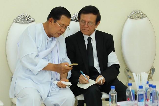 นายกรัฐมนตรีฮุนเซนและแกม สุขา หัวหน้าพรรคกู้ชาติกัมพูชา. -- FRESH NEWS/AFP.