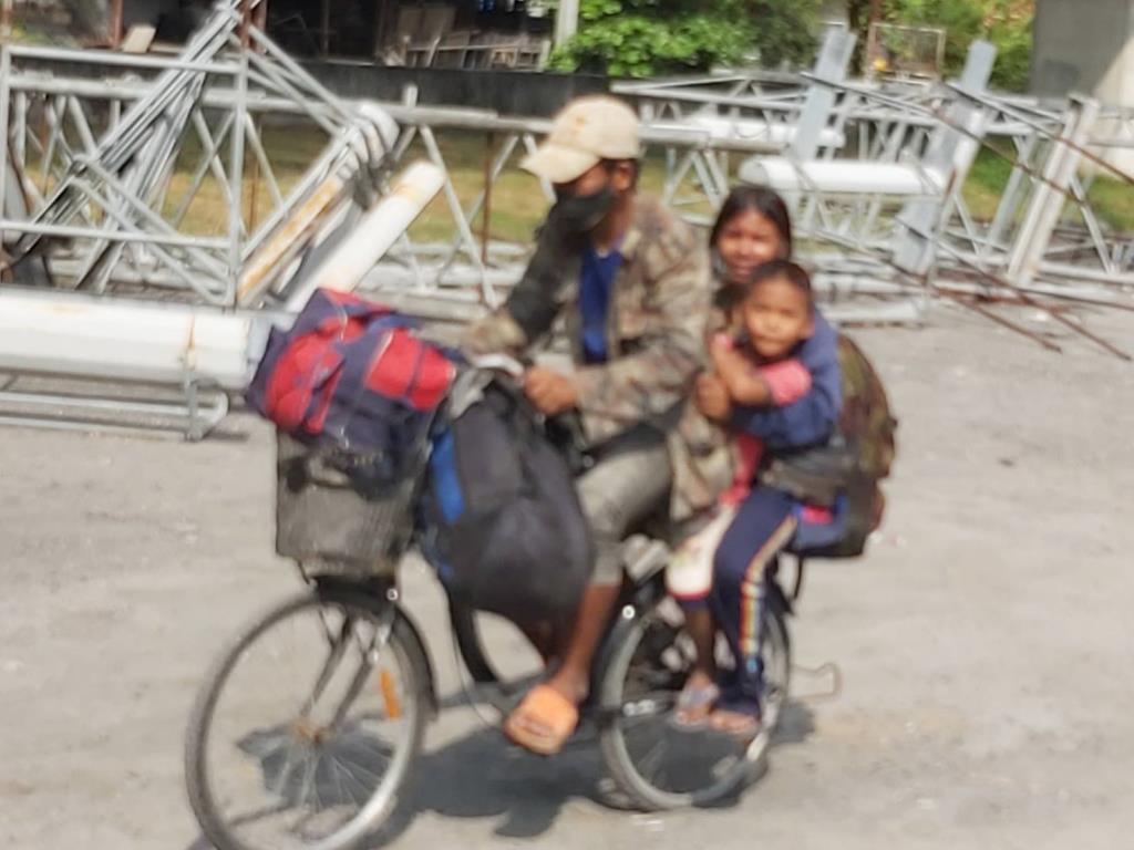 เจ้าหน้าที่บนทางพิเศษ ช่วยเหลือครอบครัวตกงานปั่นจักรยานกลับโคราช หลงขี่ขึ้นทางด่วน สุดท้ายพาไปส่งหัวลำโพง