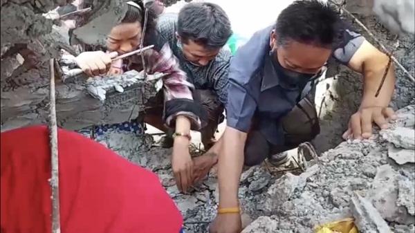 ชาวบ้านพนัสนิคมแห่เก็บพระกรุแตกที่บรรจุในพระพุทธปางลีลา วัดทุ่งเหียง