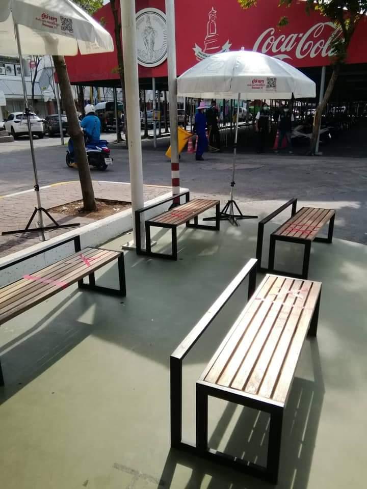 ที่นั่งกำหนดระยะห่างระหว่างบุคคล (ภาพ : เพจตลาดนัดจตุจักรกรุงเทพมหานคร)