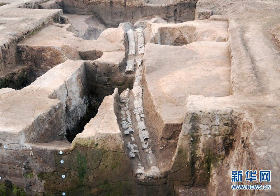 ระบบระบายน้ำใกล้กับประตูด้านทิศใต้ของซากปรักหักพังผิงเหลียงไถ เขตหวยหยาง มณฑลเหอหนาน