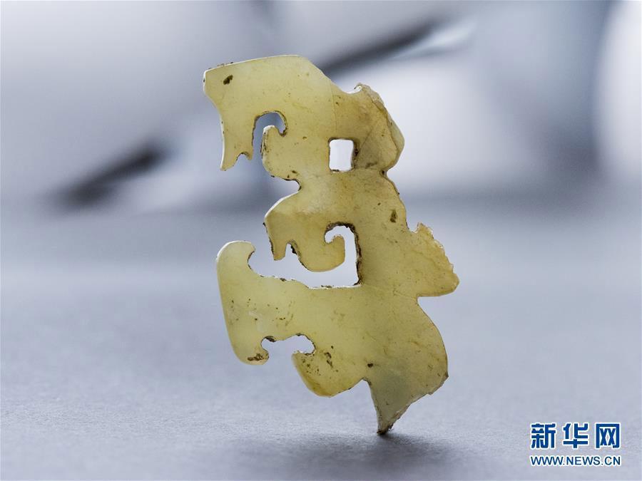 ชิ้นส่วนของเครื่องประดับมงกุฎในสมัยวัฒนธรรมหลงซานที่ขุดพบจากซากปรักหักพังผิงเหลียงไถ เขตหวยหยาง มณฑลเหอหนาน