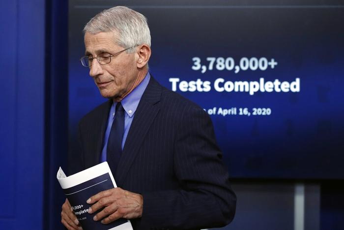 3 หมอใหญ่ของสหรัฐฯ รวมทั้ง นพ.แอนโธนี เฟาซี ต้องกักกันโรคตัวเอง หลังติดต่อสัมผัสผู้ติดเชื้อโควิด-19 ที่ทำเนียบขาว