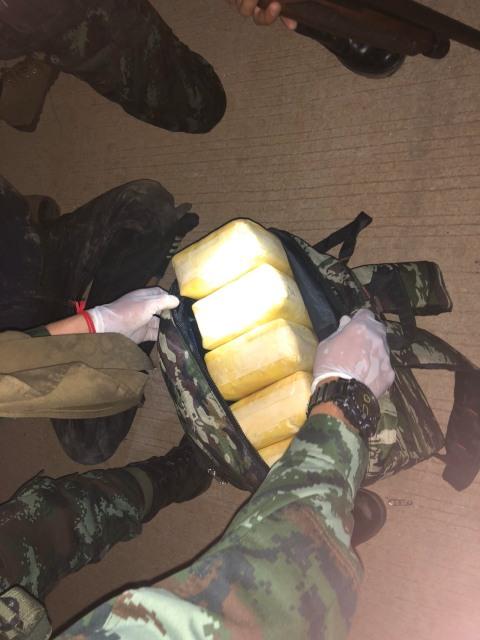 ทหารซุ่มจับคาฝั่งน้ำสาย..2 โจ๋เชียงรายแบกเป้ยานรกข้ามน้ำย่ำรุ่งเข้าไทย