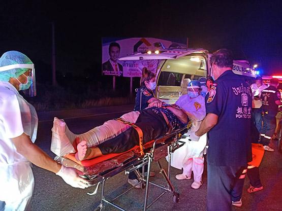 ไฟส่องสว่างถนนดับ ดาบตำรวจขับเก๋งพุ่งชนท้ายสิบล้อพ่วงบาดเจ็บ