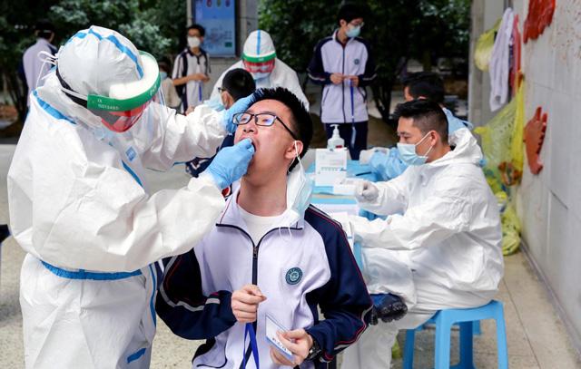 เจ้าหน้าที่ของเมืองออกเอกสาร เมื่อวันที่ 11 พฤษภาคม กำหนดให้หน่วยป้องกันการระบาดไวรัสในทุกอำเภอ ส่งแผนรายละเอียดการตรวจเชื้อไวรัสผู้อยู่อาศัย (ภาพเอเจนซี)