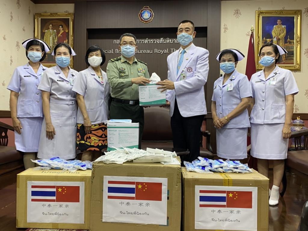 ผู้ช่วยทูตทหารจีน มอบหน้ากากอนามัยให้บุคลากรทางการแพทย์ รพ.ตำรวจ-ตร.สันติบาล