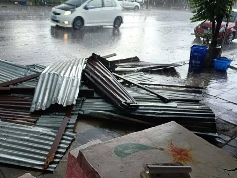 พายุฤดูร้อนพัดถล่มบ้านเรือนประชาชน อ.บ่อทอง จ.ชลบุรี เสียหายกว่า 20 หลังคาเรือน