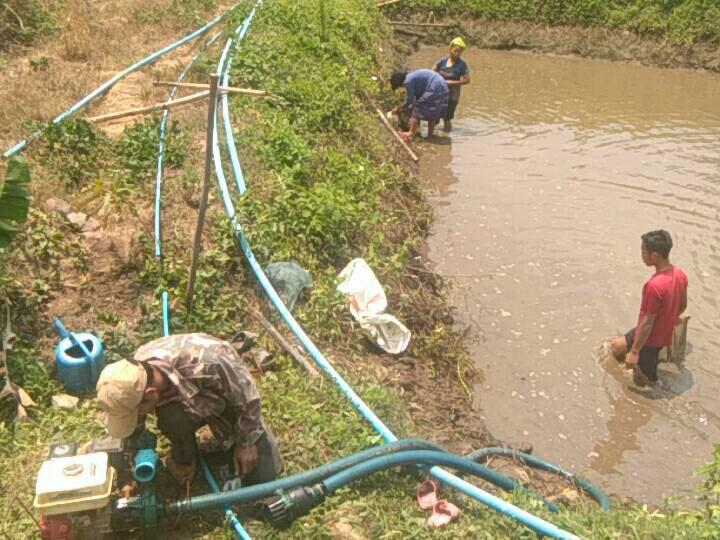 ชุมชนช่วยกันวางระบบท่อน้ำจากแหล่งน้ำเข้าชุมชน