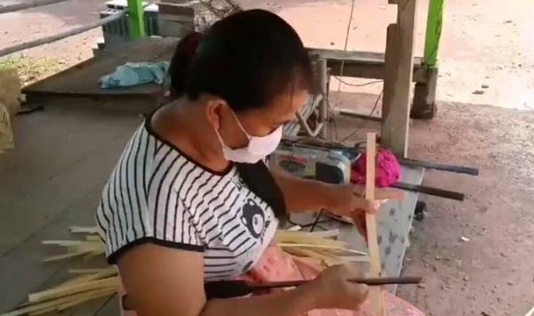 """สาวปราจีนฯสู้ชีวิตตกงานเพราะพิษโควิดแต่ไม่ท้อ """"สานลำแพน"""" ขาย สร้างรายได้เลี้ยงครอบครัว"""