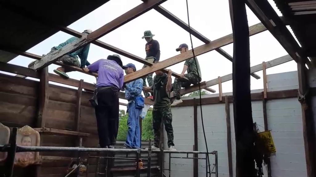 กองพลาธิการส่งกำลังทางอากาศ ช่วยซ่อมบ้าน ปชช.ที่ถูกพายุถล่ม