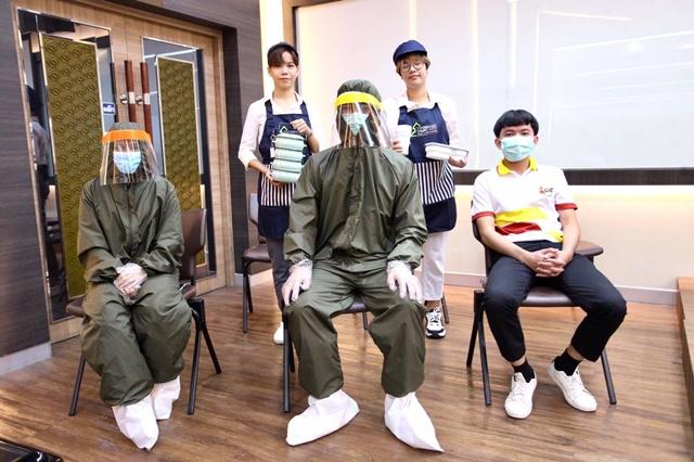 แพทย์และพยาบาลโรงพยาบาลสนามธรรมศาสตร์ ใส่ชุด PPE แบบใช้ซ้ำ ถุงหุ้มรองเท้าแบบใช้ซ้ำ รวมถึงโครงการปิ่นโต เพื่อให้เจ้าหน้าที่ภายในมหาวิทยาลัยลดการใช้ถุงแกงซื้ออาหาร มาแสดงในระหว่างการนำเสนอด้วย