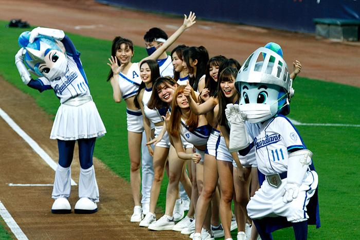 มาสค็อตของทีม Fubon Guardians ใส่หน้ากากอนามัยถ่ายรูปกับเหล่าสาว ๆ เชียร์ลีดเดอร์ระหว่างเกมการแข่งขันเบสบอลลีกอาชีพของไต้หวัน หรือ CPBL กับทีมยูนิ เพรสซิเดนท์ เซเว่น อีเลฟเว่น ไลออนส์ ณ สนามเบสบอลซินจวง เมืองนิวไทเป เมื่อวันที่ 8 พฤษภาคม 2563