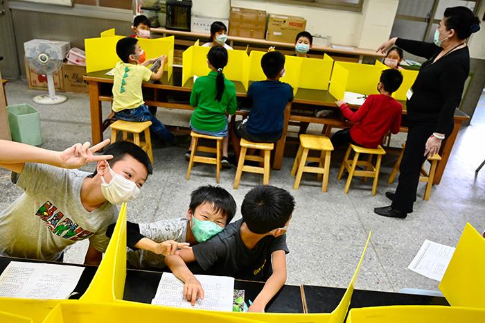 ชั้นเรียนของเด็กนักเรียนที่โรงเรียนประถมแห่งหนึ่งในนครไทเป ที่มีมาตรการป้องกันการแพร่ระบาดของเชื้อโควิด-19 อย่างเข้มงวด (ภาพถ่ายเมื่อ 29 เม.ย. 2563)