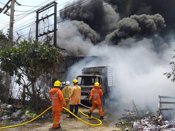 ระทึกเพลิงไหม้ใหญ่! เผาวอดโรงงานเก็บของเก่าโคราช ระดมรถน้ำฉีดสกัดนานกว่า 2 ชม.