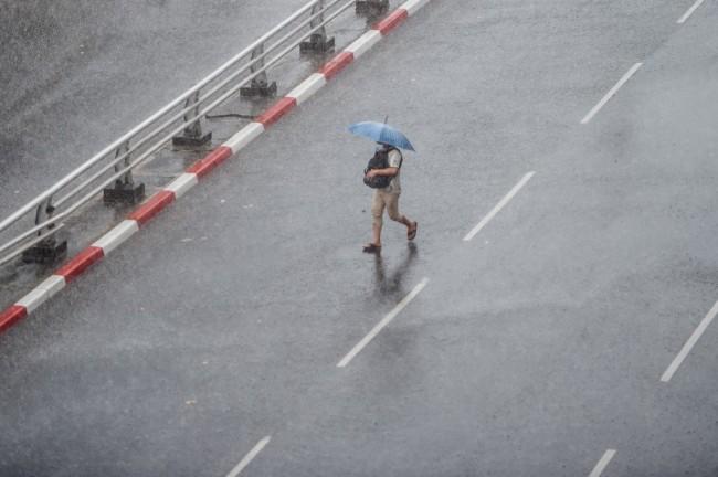 ไซโคลน 'อำพัน' ในอ่าวเบงกอลทำฝนตกทั่วพม่าทางการเตือนระวังน้ำท่วมฉับพลัน