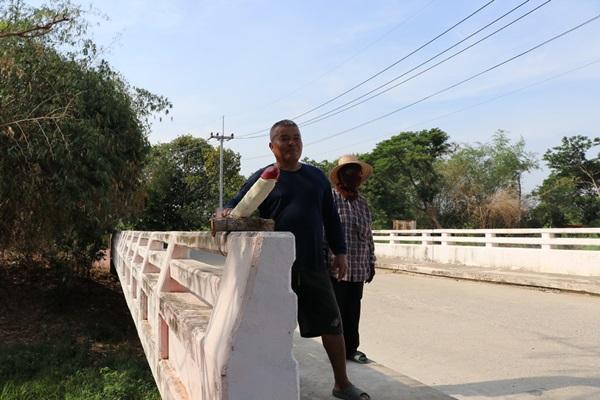 """ที่พึ่งสุดท้าย ชาวบ้านสร้าง """"ปลัดขิก"""" ติดบนราวสะพานขอฝนหลังเกิดภัยแล้งมานาน"""
