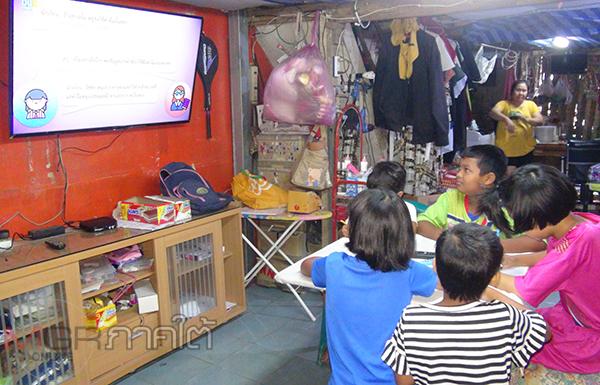 เด็กในชุมชนแออัดเมืองหาดใหญ่รวมกลุ่มเรียนออนไลน์ด้วยทีวีเครื่องเดียวอย่างไร้ปัญหา