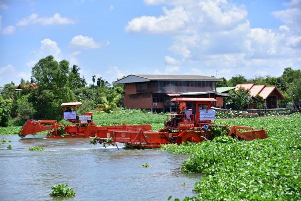 """""""บิ๊กป้อม"""" ลงพื้นนครปฐม ที่สั่งเร่งกำจัดผักตบชวาแม่น้ำท่าจีนพร้อมรับฝน"""
