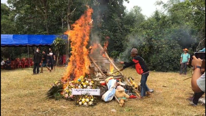 """เผาแล้ว""""น้องชุมพู่""""ด.ญ.3ขวบตายปริศนาบนเขา ชาวบ้านผวาวอนจับคนร้ายให้ได้เร็ววัน"""