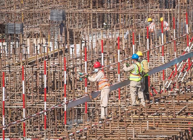 คนงานทำงานที่ไซต์ก่อสร้างของอาคารจอย ซิตี ในเมืองอู่ฮั่น มณฑลหูเป่ย ทางตอนกลางของจีน (แฟ้มภาพซินหัว ถ่ายเมื่อวันที่ 28 เม.ย. 2020)