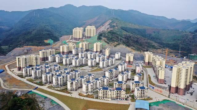 ภาพถ่ายทางอากาศของย่านการตั้งถิ่นฐานใหม่เพื่อบรรเทาความยากจนในอำเภอหลงหลิง เขตปกครองตนเองกว่างซีจ้วง ทางตอนใต้ของจีน (แฟ้มภาพซินหัว ถ่ายเมื่อวันที่ 3 ธ.ค. 2019)