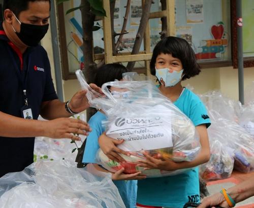พนักงานหลักทรัพย์บัวหลวง ทำถุงยังชีพ 500 ถุง มอบชุมชนเขตบางรัก