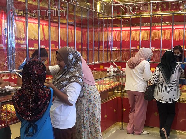 ชาวไทยมุสลิมนราธิวาสแห่ซื้อขายแลกเปลี่ยนทองลายใหม่ เตรียมฉลองวันรายออีฎิ้ลฟิตตรี
