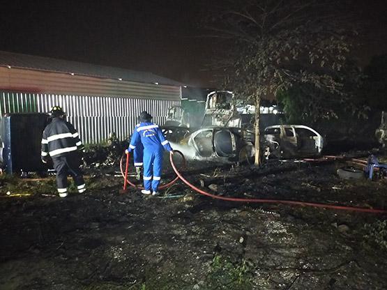 ไฟไหม้หญ้าลามเข้าอู่เก็บซากรถเสียหายหลายคัน