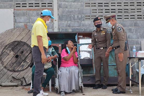 ป้าพิการบ้านพังจากพายุ ซึ้งตำรวจทางหลวงโคราชร่วมจิตอาสาสร้างบ้านปันสุขให้