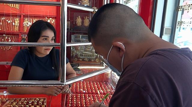 คนร้ายบุกเดี่ยวจี้ชิงทองร้านทองกลางเมืองราชบุรี ไป11เส้น