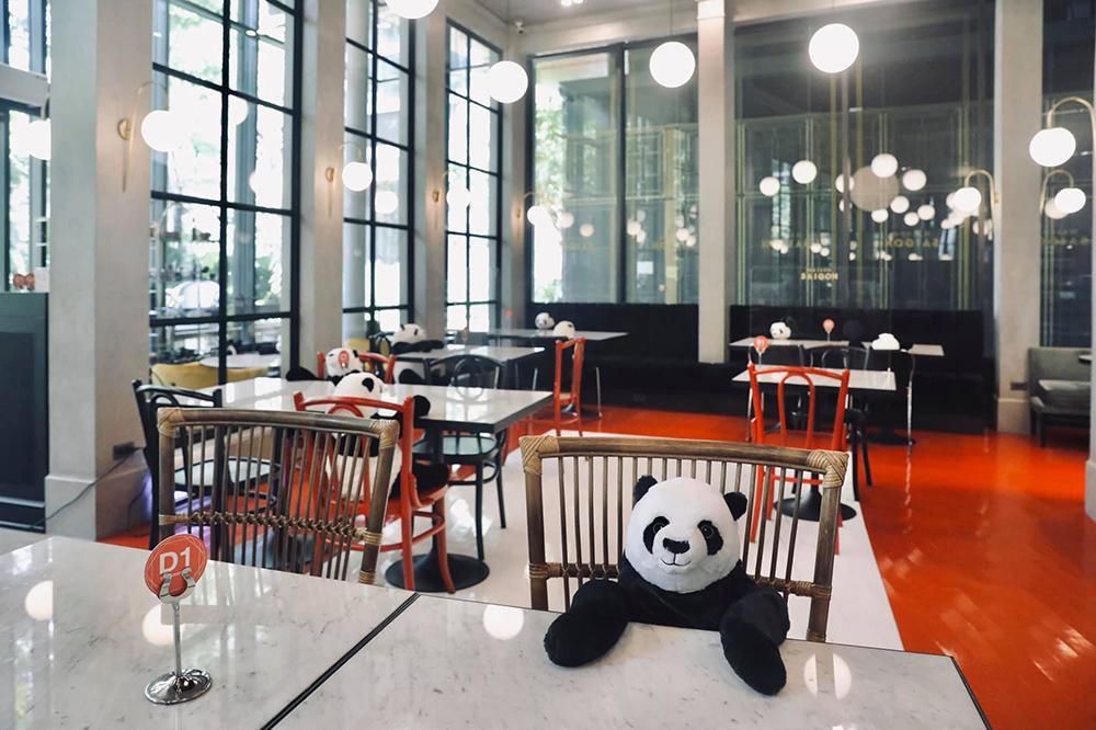 """กินข้าวคนเดียวไม่ต้องกลัวเหงา ที่ """"Maison Saigon"""" มีแพนด้ามานั่งเป็นเพื่อน"""