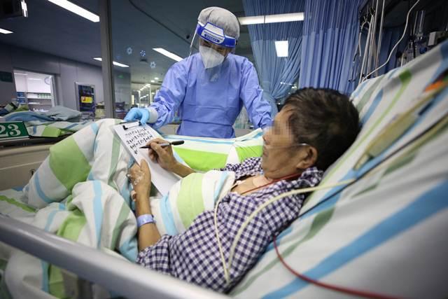 (แฟ้มภาพซินหัว : ผู้ป่วยโรคโควิด-19 เขียนจดหมายขอบคุณเจ้าหน้าที่การแพทย์ในแผนกผู้ป่วยหนักของโรงพยาบาลจงหนานแห่งมหาวิทยาลัยอู่ฮั่น นครอู่ฮั่น มณฑลหูเป่ยทางตอนกลางของจีน เมื่อวันที่ 20 เม.ย. 2020)