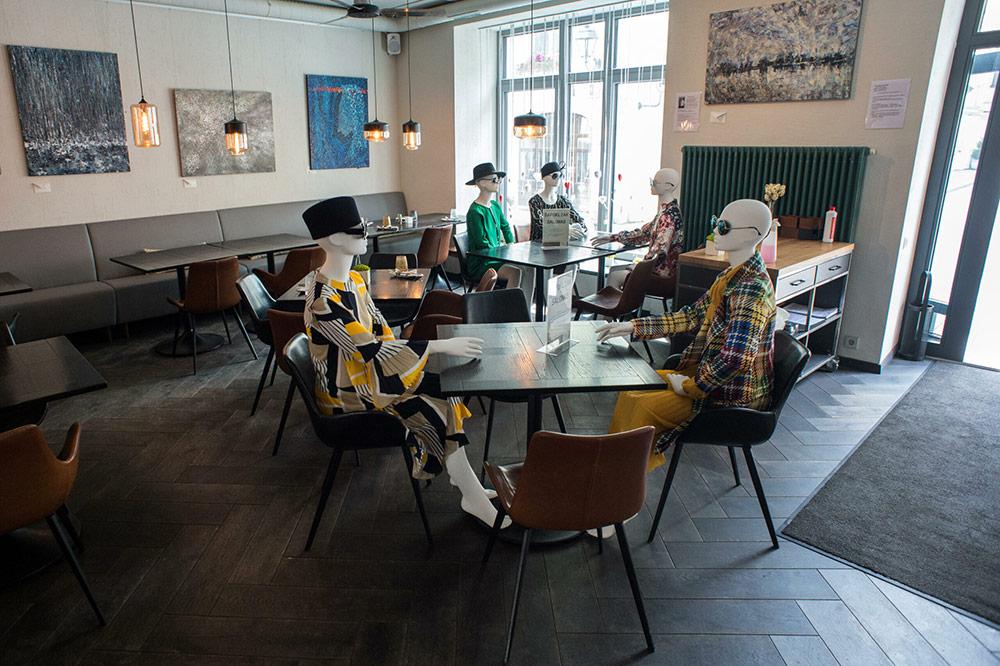 """คาเฟ่ใน""""ลิทัวเนีย"""" จับหุ่นโชว์เสื้อผ้า มานั่งเป็นเพื่อนร่วมกินอาหาร"""