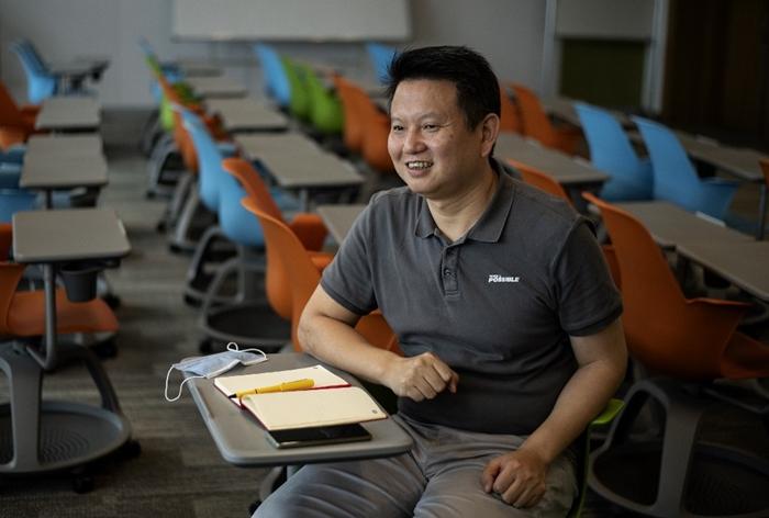 ไรอัน หลิว รองผู้อำนวยการมหาวิทยาลัยหัวเว่ย ตอบคำถามขณะให้สัมภาษณ์ที่มหาวิทยาลัยหัวเว่ย ในเมืองตงกวน