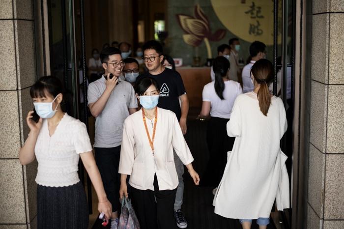 พนักงานหัวเว่ยเดินอยู่ภายในสำนักงานใหญ่ของบริษัทหัวเว่ย ในเมืองเซินเจิ้น