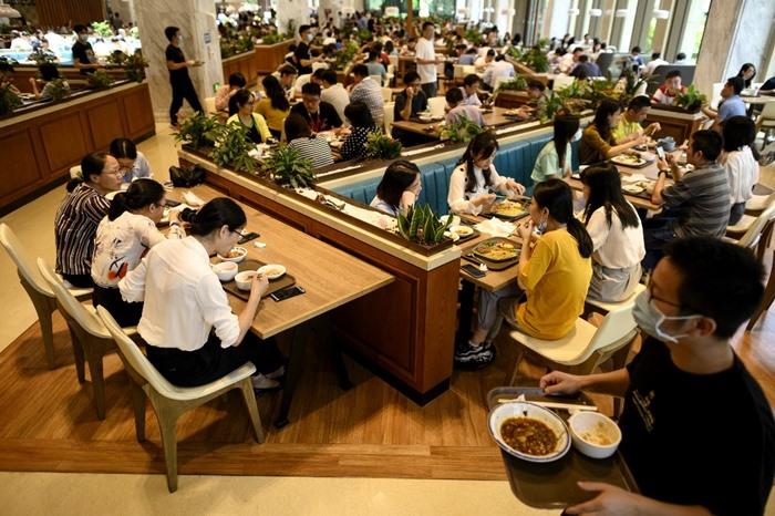 พนักงานหัวเว่ยรับประทานอาหารกลางวันในห้องอาหาร ณ สำนักงานใหญ่ของบริษัทที่เมืองเซินเจิ้น