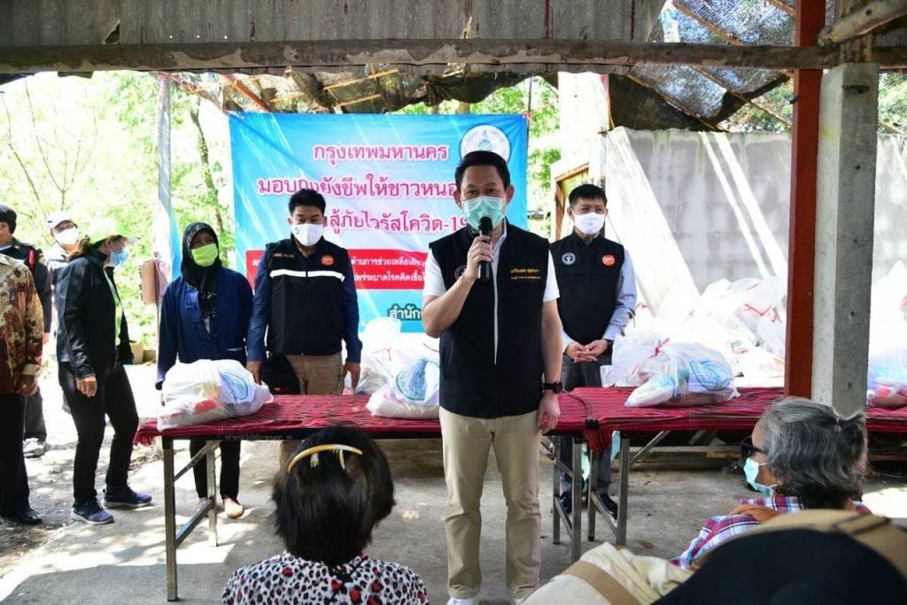 กทม.ห่วงประชาชนที่ยังไม่ได้รับความช่วยเหลือเยียวยาโควิด-19 ลุยแจกถุงยังชีพให้ชุมชนตกสำรวจย่านหนองจอก