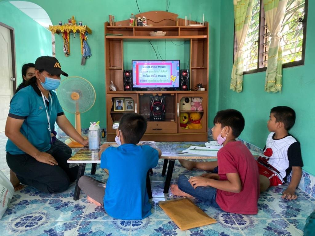 """""""บ้านปันเรียน"""" สำรวจชุมชน-แบ่งปันทีวี ช่วยเด็กขาดโอกาสเรียนออนแอร์ ชุมชนผู้ประสบภัยสึนามิ"""