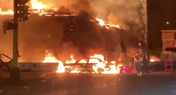 จลาจลเผาเมือง,ปล้นสะดมมินนีอาโปลิส2คืนติด ประท้วงเดือดตร.ผิวขาวสหรัฐฯกดคอชายผิวสีจนตาย(ชมคลิป)