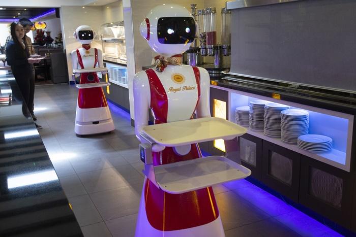 ภัตตาคาร ในเมืองเรเนสเซ ทางภาคตะวันตกเฉียงใต้ของเนเธอร์แลนด์ สาธิตวิธีใช้หุ่นยนต์เพื่อเสิร์ฟอาหารและเก็บจานอาหาร  ณ เมื่อวันพุธ (27 พ.ค.) ทั้งนี้ภัตตาคารร้านอาหารในยุโรปกำลังได้รับการผ่อนคลายให้เปิดกิจการได้อีกครั้ง และต่างพยายามทดลองหาวิธีใหม่ๆ เพื่อปฏิบัติตามกฎการเว้นระยะห่างทางสังคม