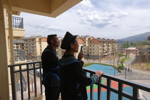 ชาวบ้านจากหมู่บ้านหน้าผาย้ายเข้าที่พักใหม่ที่รัฐบาลจัดไว้ให้ (ที่มา Tencent News)