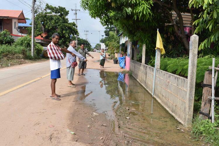 โวยทางหลวงชนบทสร้างถนนไม่วางท่อระบายน้ำ ฝนตกน้ำขัง/ลูกลายชุม