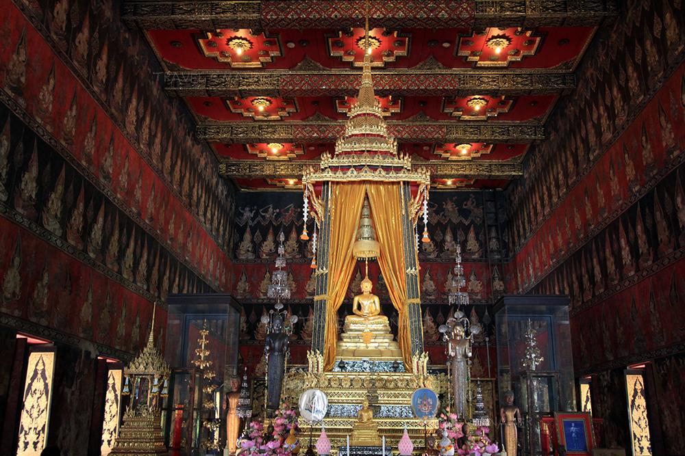 ภายในพระที่นั่งประดิษฐานพระพุทธสิหิงค์