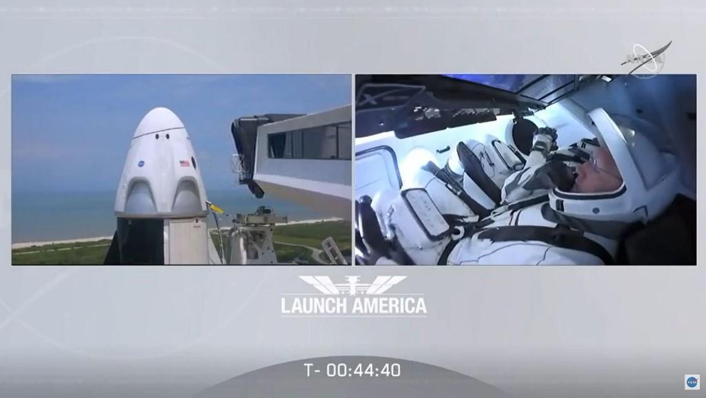 (หลัง) โรเบิร์ต เบห์นเกน (Robert Behnken) และ (หน้า) ดักลาส เฮอร์ลีย์ (Douglas Hurley) ในแคปซูลดรากอน (Crew Dragon spacecraft) ที่บนจรวดฟอลคอน 9 (Falcon 9) ณ ฐานปล่อยจรวด (NASA TV / AFP)
