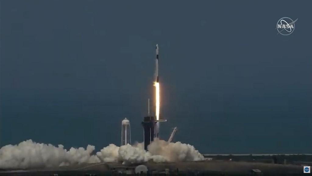 จรวดฟอลคอน 9 ของสเปซเอกซ์ ณ ฐานปล่อยจรวด 39A ศูนย์อวกาศเคนเนดี ซึ่งมี โรเบิร์ต เบห์นเกน (Robert Behnken) และ ดักลาส เฮอร์ลีย์ (Douglas Hurley) อยู่ในแคปซูลดรากอนที่ติดอยู่ด้านบนของจรวด ปล่อยตัวเมื่อ 02.22 น. 30 พ.ค. 2020 ตามเวลาประเทศไทย (MANDEL NGAN / AFP)