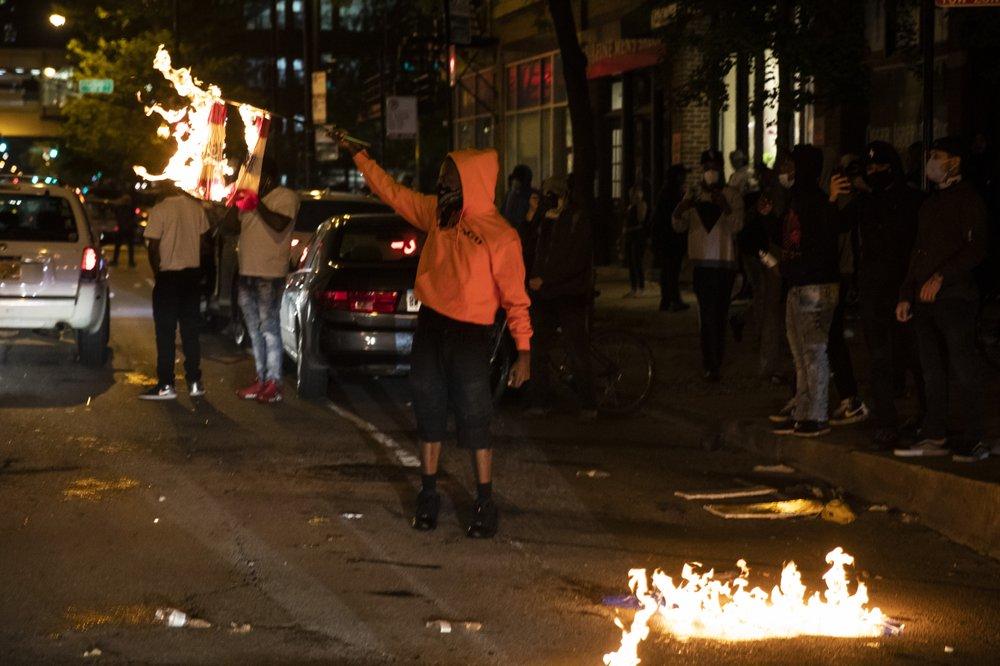 จลาจลทั่วอเมริกาโมโหตำรวจฆ่าคนดำ หลายเมืองเคอร์ฟิว-ระดมทหารรับมือ