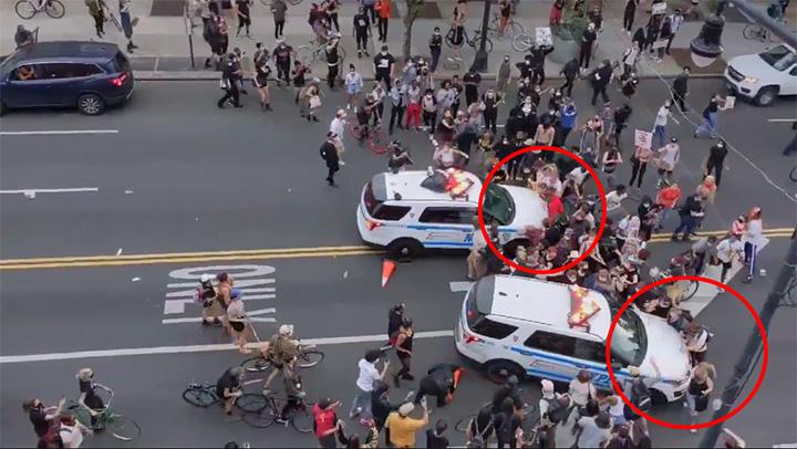 อึ้ง! ตำรวจนิวยอร์กเหยียบคันเร่งรถ ชนกลุ่มผู้ชุมนุมต้านการเหยียดผิว [ชมคลิป]